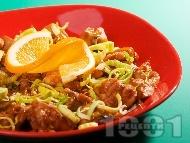 Пържено пилешко месо в портокалов сос, соев сос, рибен сос, джинджифил и праз лук на тиган